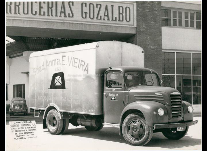 """Camión frigorífico da empresa """"E. Vieira S.A. """" de Vigo sobre chasis Ebro. / Breva (Castellón) [Ca. 1963] / PROCEDENCIA: Recollida Chenlo. Fondo Pablo Novo González"""