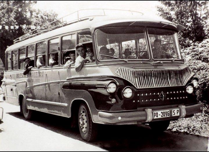 Estrea dun autocar da compañía Iglesias Maceira de Mosende. / Autor descoñecido [1960] / PROCEDENCIA: Recollida Mosende. Album familiar de Juana María Iglesias Roris