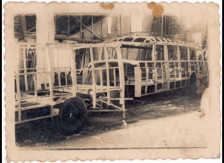 Talleres de carrocería González no Porriño. Construcción dun autocar. / Foto Ramiro [1946 – 1960 (?)] / PROCEDENCIA: Recollida Atios. Album familiar de Manuel Giráldez Mouriño