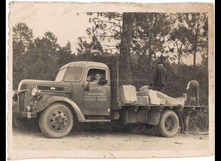 Camión da empresa de transportes e fábrica de madeiras de Marcelino Martínez. / Autor descoñecido [Ca. 1956] / PROCEDENCIA: Recollida Budiño. Album familiar de Herminia Gaspar Puente
