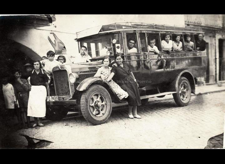 Autocar de José Casales Castro para transportar aos comerciantes e as súas mercadorías ás feiras da comarca. / Autor descoñecido [1929- 1935] / PROCEDENCIA: Recollida O Porriño. Album familiar de Josefa Sío Casales