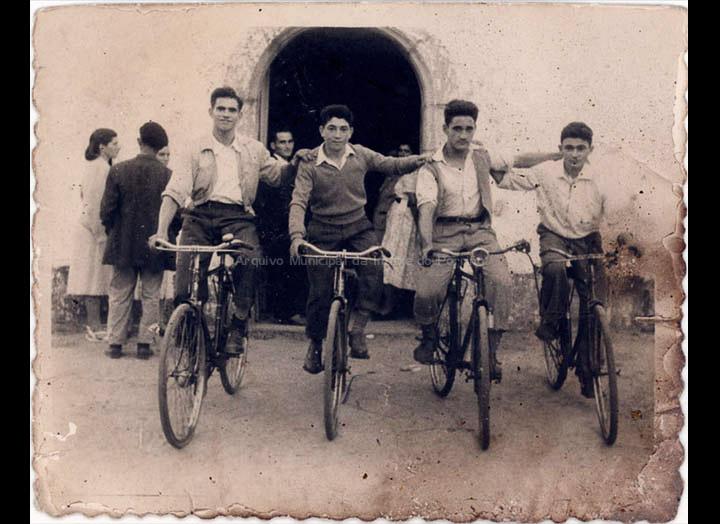 Grupo de amigos de Cans na festa da Guía en Atios. / Foto Ramiro [1953] / PROCEDENCIA: Recollida Cans. Album familiar de Juan Maceira e Carmen Casalmorto