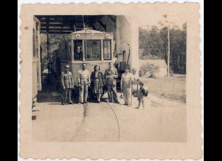 Grupo de traballadores do Tranvía nas cocheras do Porriño. / Foto Ramiro [1940 – 1960 (?)] / PROCEDENCIA: Recollida O Porriño. Album familiar de Loli González Fernández