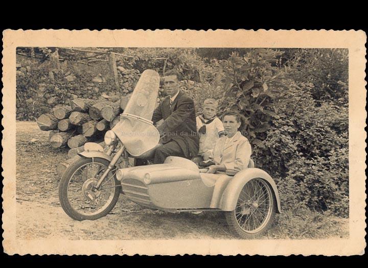 Familia González nunha motocicleta con sidecar. / Foto Cambero [1953-1955] / PROCEDENCIA: Recollida Carracido. Album familiar de Mª Carmen González González