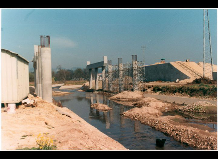 Obras de construcción da Autovía A- 55 ao seu paso polo Porriño. / Particular. Joaquín Diz Tato [1992] / PROCEDENCIA: Recollida O Porriño. Album familiar de Joaquín Diz Tato