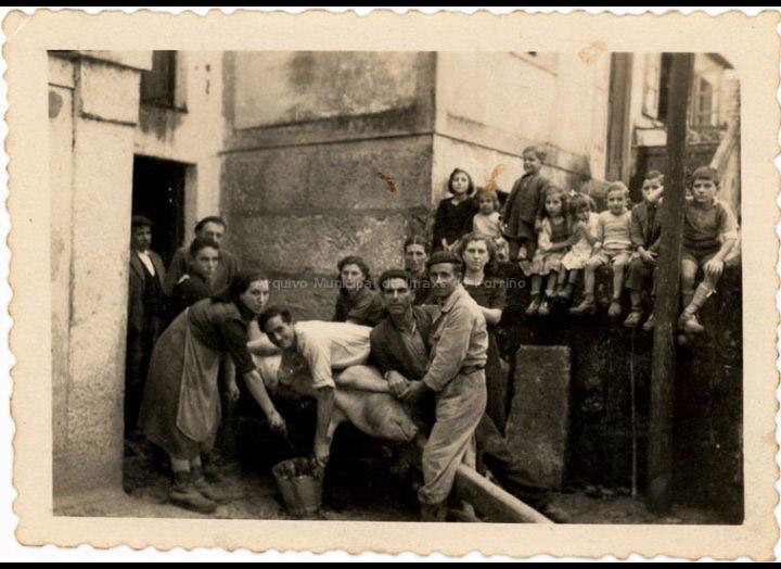 """Matanza do porco na casa de Bernardino """"do Barbeito"""". / Autor descoñecido [1955] / PROCEDENCIA: Recollida Mosende. Album familiar de Rosa González Rodríguez"""
