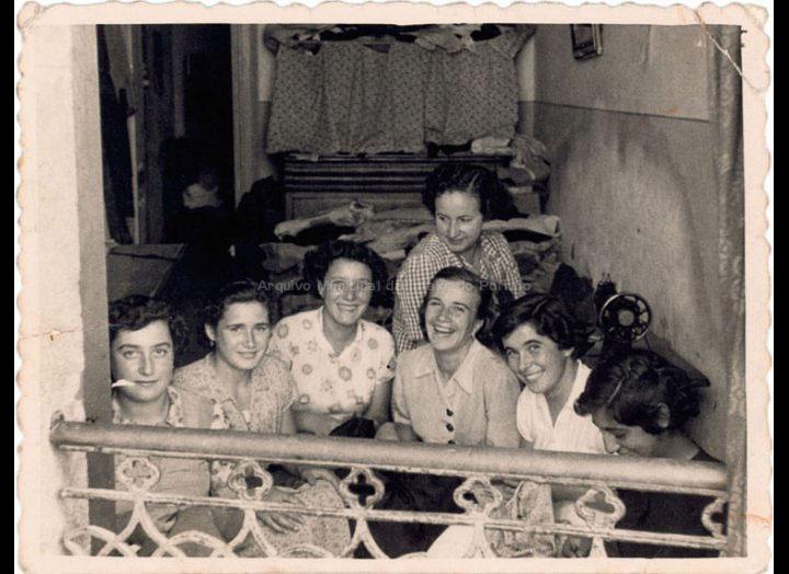 Clases de costura no Porriño no obradoiro de Ángeles Teijeira. / Foto Ramiro (Vigo) [24 – 08 – 1953] / PROCEDENCIA: Recollida Cans. Album familiar de Carmen Casalmorto Fortes