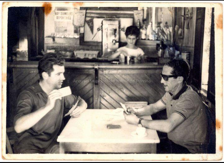 José Barros e Emilio Romero botando a partida na tenda – bar de Barros. / Foto Ramiro [1964] / PROCEDENCIA: Recollida Mosende. Album familiar de Isolina Lorenzo Doval