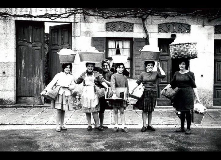 Isabel Mulleres camiño do lavadoiro da Ponte Nova. / Foto Magno [1960 – 1970 (?)] / PROCEDENCIA: Arquivo Magno