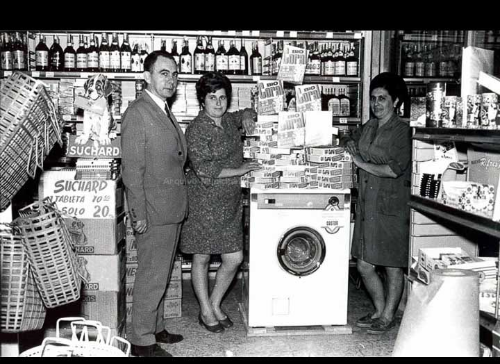 Sorteo dunha lavadora no supermercado RO-MA. / Foto Magno [1960-1970 (?)] / PROCEDENCIA: Arquivo Magno