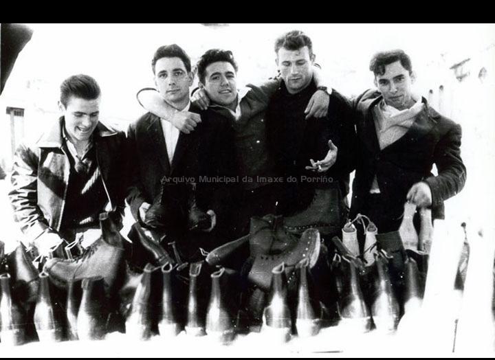 Mozos nun posto de zocos un día de feira. / Foto Magno [1950-1960 (?)] / PROCEDENCIA: Arquivo Magno