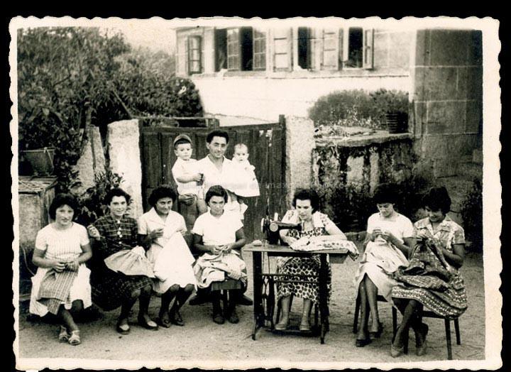 Costureiras na casa de Juliana no Picouzo, en Budiño. / Foto Ramiro [Ca. 1960] / PROCEDENCIA: Recollida Budiño. Album familiar de Teresa Vila Dacosta