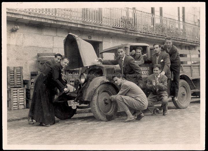 Grupo de amigos na camioneta de transporte da fábrica de gaseosas Cándido. / Autor descoñecido [23/09/1956] / PROCEDENCIA: Recollida O Porriño. Album familiar de Carlos Punzón Rodríguez