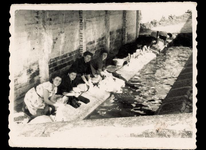 Mulleres no lavadoiro da Ponte do Valo. / Foto Ramiro [1953] / PROCEDENCIA: Recollida O Porriño. Album familiar de Rita Martínez Fernández