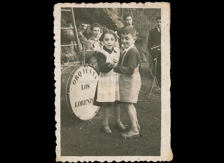 Nenos bailando na voda de Amelia e Rafael en Carracido. / Foto Company [03/01/1952] / PROCEDENCIA: Recollida Carracido. Album familiar de Amelia Fandiño Antela